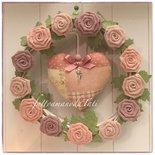 Corona di vimini con rose di lino e cuore patchwork sui toni del rosa