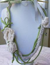 Collana in fettuccia di cotone, beige e verde asparago, con fiori di Macramè