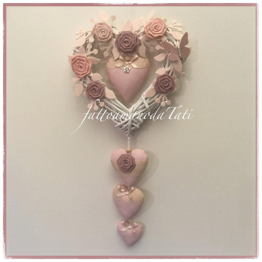 Fiocco nascita in vimini con roselline di lino,farfalla e 4 cuori sui toni del rosa
