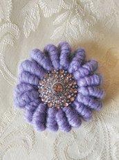 Spilla in lana color lilla realizzata a mano con uncinetto smirne