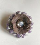 Spilla in lana colori panna e lilla fatta a mano molto decorativa realizzata ad uncinetto
