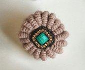 Spilla in lana color tortora fatta a mano realizzata ad uncinetto con uncinetto smirne