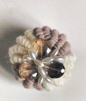 Spilla in lana nei colori panna e tortora fatta a mano realizzata ad uncinetto