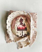 Spilla in tessuto fantasia vintage e nastri di trina rosa cipria ed beige