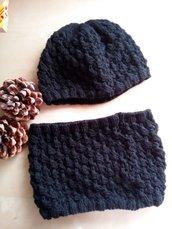 Scaldacollo e berretta in lana completo fatto a mano ai ferri effetto pizzo righe - nero - cappello e scaldacollo ai ferri in lana