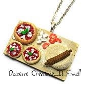 Collana Vassoio preparazione pizza margherita con mozzarella e pomodoro - miniature handmade idea regalo