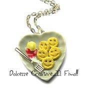 Collana piatto cuore con patatine sorridenti - smile - ketchup e maionese - miniature handmade