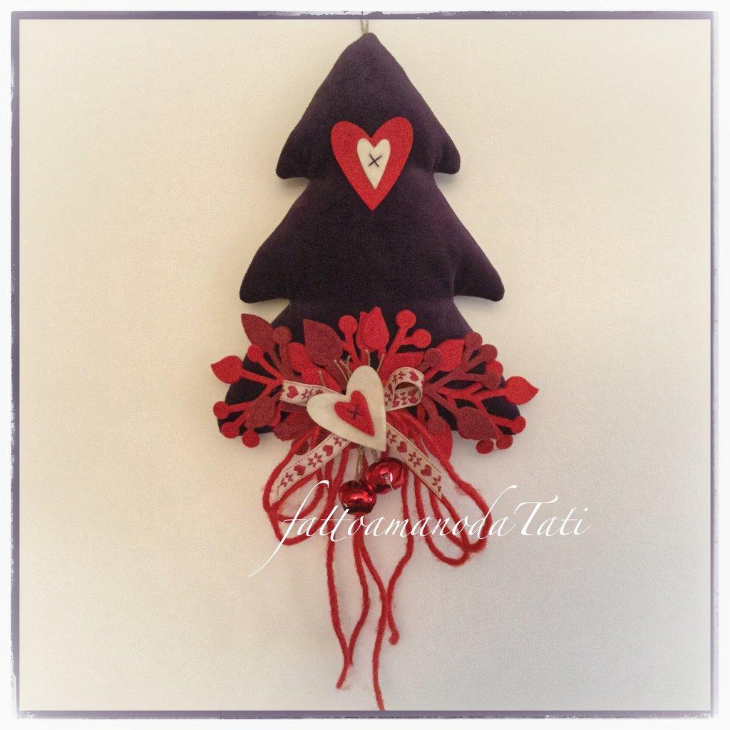 Albero natalizio in velluto viola con cuori rossi e bianchi