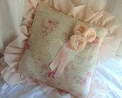 Cuscino romantico con balza in velo rosa