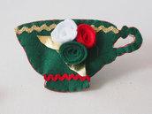 Spilla-decorazione natalizia.Tazza in feltro verde.Ricamata a mano con rose e foglie,passamaneria.Accessorio donna.Regalo.Ornamento natale.