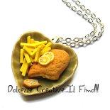 Collana piatto cuore con cotoletta alla milanese e patatine fritte - miniature - handmade - idea regalo