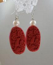Orecchini pendenti con Perle coltivate e Cinnabar rosso intarsiato, 50 mm