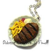 Collana Piatto Con fetta di carne e patatine fritte - con ketchup  e maionese - handmade - miniature - idea regalo