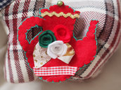 SPILLA in feltro:TEIERA(rose e foglie)passamaneria,nastro .(Rosso,verde,oro,bianco)Ricamata a mano.Accessorio,segnaposto,decorazione Natale