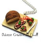 Collana Vassoio Pane e bruschette con pomodoro e basilico  - handmade idea regalo - miniature