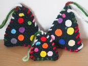SET 3 alberi di natale verdi,imbottiti in lana.Lavoro a maglia.Decorati con ricami e feltro.Albero di Natale,regalo,fermapacco,centrotavola