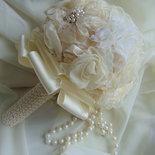 Bouquet di fiori in tessuto champagne con perle e strass