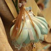 Bambola su cuore di legno