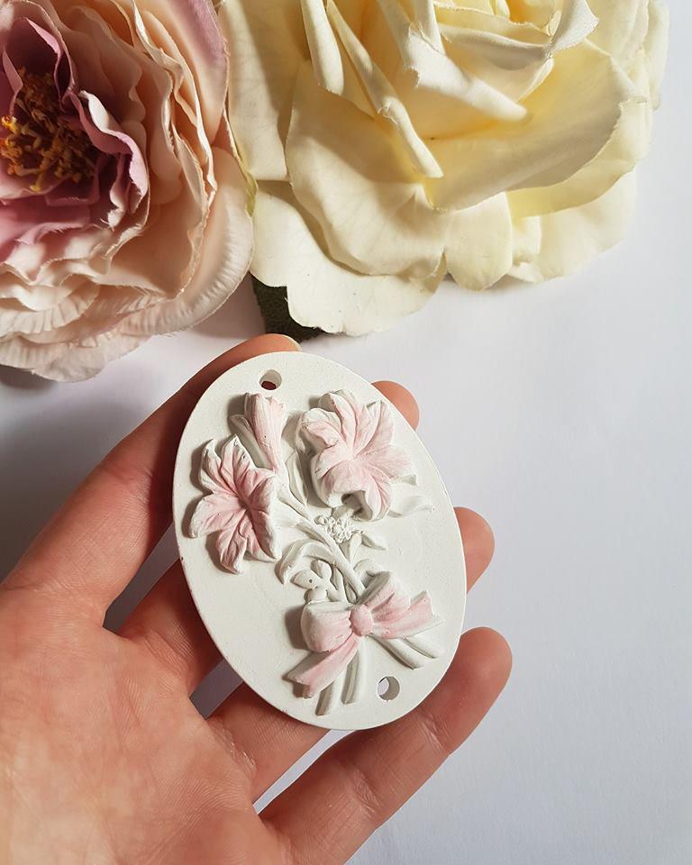 placchetta fiori con toni in rosa