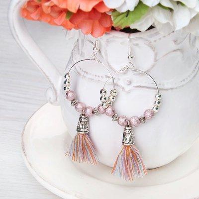 Orecchini a cerchio con perline e nappa rosa pastello