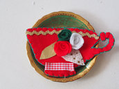 Spilla-decorazione natalizia.Tazza in feltro rossa.Ricamata a mano con rose e foglie,passamaneria.Accessorio donna.Regalo.Ornamento natale.