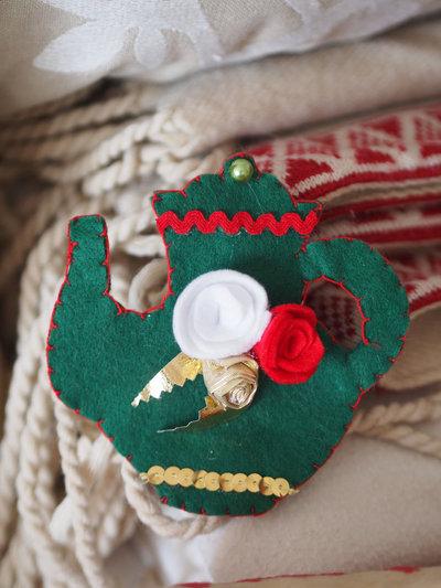 SPILLA in feltro:TEIERA verde (rose e foglie)passamaneria,nastro .(Rosso,verde,oro,bianco)Ricamata a mano.Accessorio,segnaposto,decorazione Natale