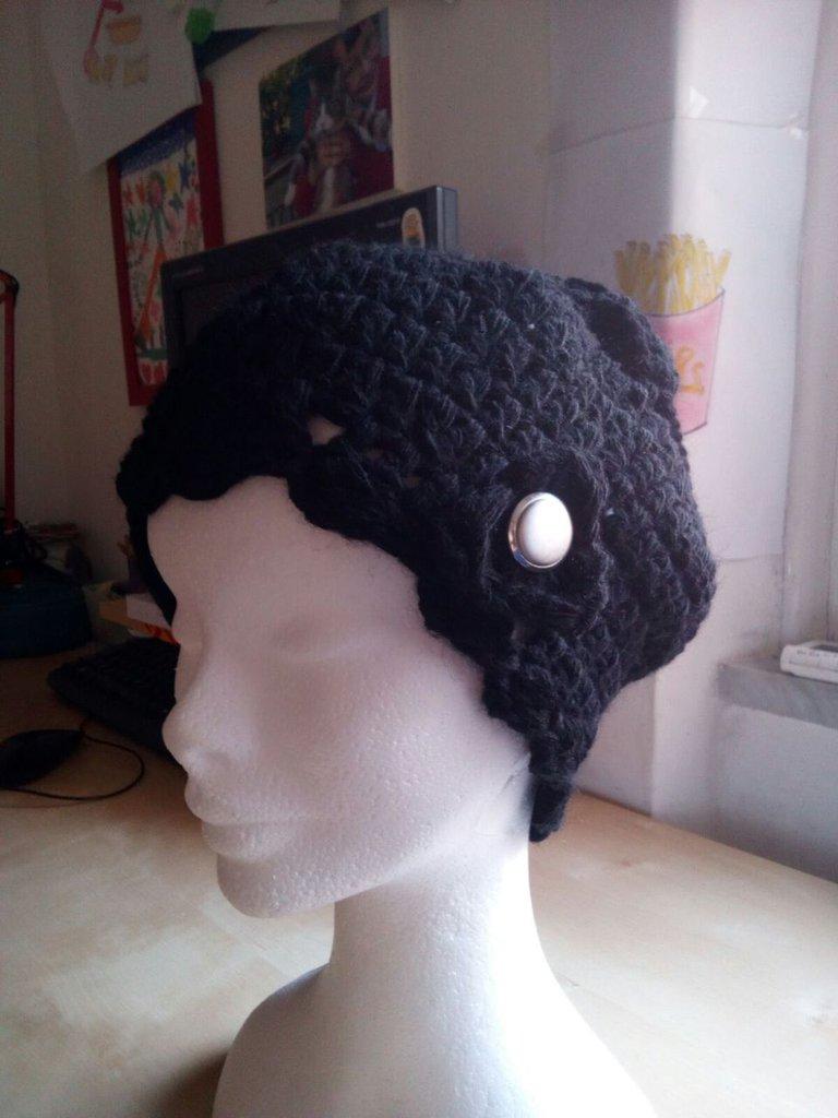 Basco a uncinetto in lana  - berretto donna nero con fiore e bottone vintage - fatto a mano - cappello in lana nero