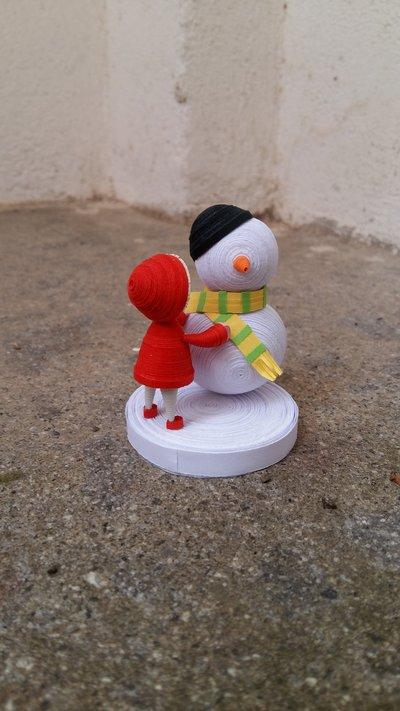 Bambino con pupazzo di neve