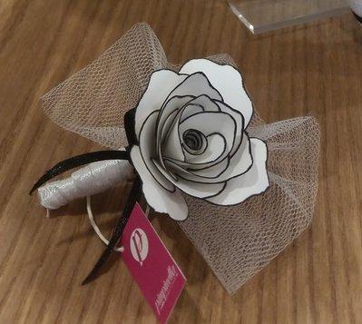 Fiore all'occhiello rosa di carta