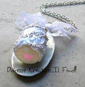 Collana Torta con ripieno alle fragole a forma di cuore  glassata con panna e codette - miniature - kawaii