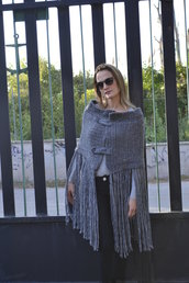 Coprispalla di lana grigio con frange
