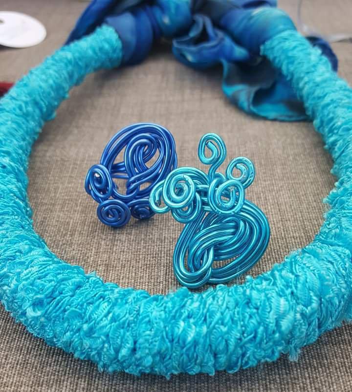 Girocollo in seta con anelli wire