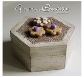 Scatola esagonale in legno con biscotti
