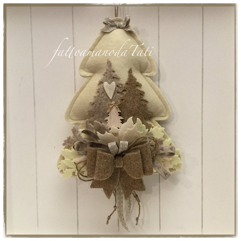 Albero in feltro panna con due alberelli e fiocco sui toni naturali