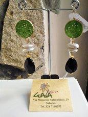 Orecchini con giada verde incorporata nella monachella, perle di fiume e goccia in onice