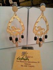 Orecchini con perno ed elemento chandelieri in zama, pendenti in diaspro feldspato e agata nera