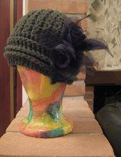 Cappello cloche verde bottiglia e spilla roselline nere