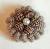Spilla in lana color Tortora fatta a mano realizzata ad uncinetto con motivo centrali di bottoni pied de poule e petla
