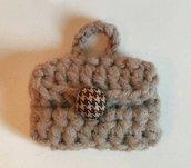 Portachiavi borsetta in lana color tortora realizzata ad uncinetto