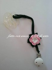 Catenella porta ciuccio verde con fiore bianco e rosa