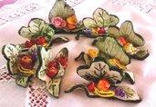 Segnaposto o bomboniera di ceramica con foglie e gruppo di fiori o frutta a colori vivaci