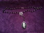 *Collana rosario con pentacolo rovesciato e cammeo con mano scheletrica - Rosary with pentacle and skeleton hand cameo*