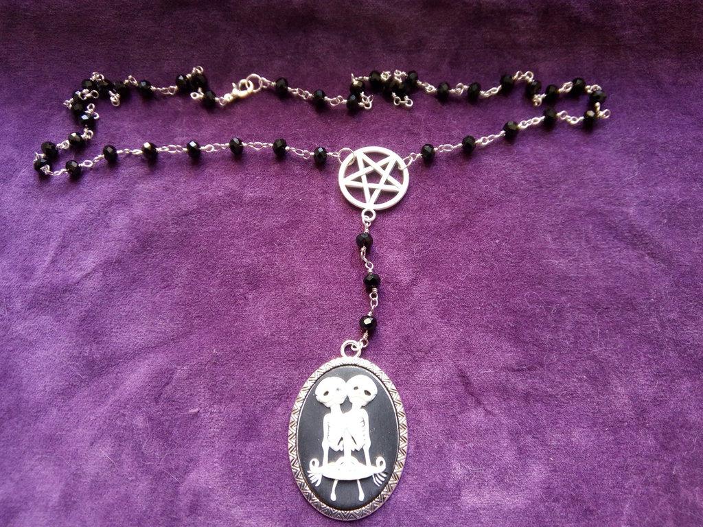 *Collana rosario con pentacolo rovesciato e cammeo con scheletro di gemelli siamesi - Rosary with pentacle and siamese twins skeleton cameo*