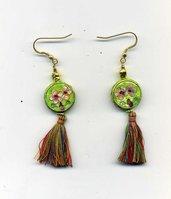 Orecchini pendenti con cloisonne' verde erba e nappina multicolore