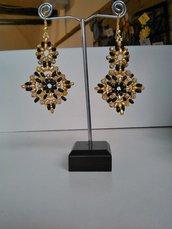 Orecchini in tessitura di perline nero e oro