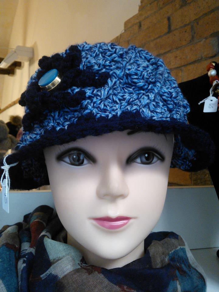 Cappello a tesa mediolarga in lana azzurra e blu con fiore applicato lateralmente