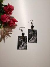 Orecchini di carta Frida Kahlo bianco e nero.