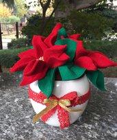 Natale - vaso di ceramica bianca con stelle di Natale di lana cotta rossa