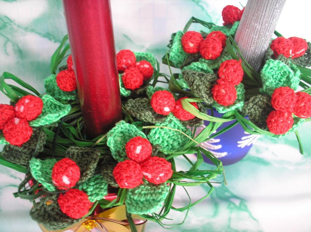 Candele natalizie con agrifoglio ad uncinetto