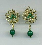 Orecchini pendenti in metallo dorato con avventurina verde